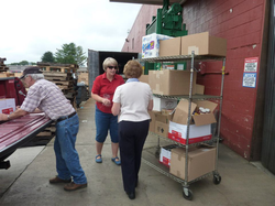 Image of pantry volunteers at food warehouse pickup